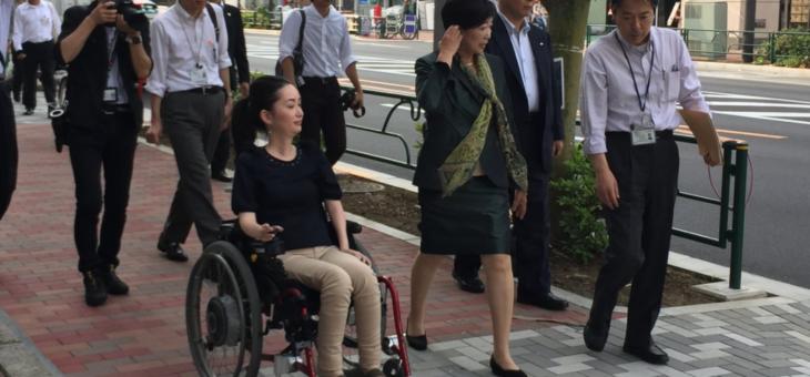 小池百合子都知事と歩道の路面状況について実地調査